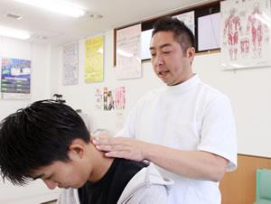 埼玉県 所沢市 小手指町のおおば整骨院・整体院の頭痛治療の様子